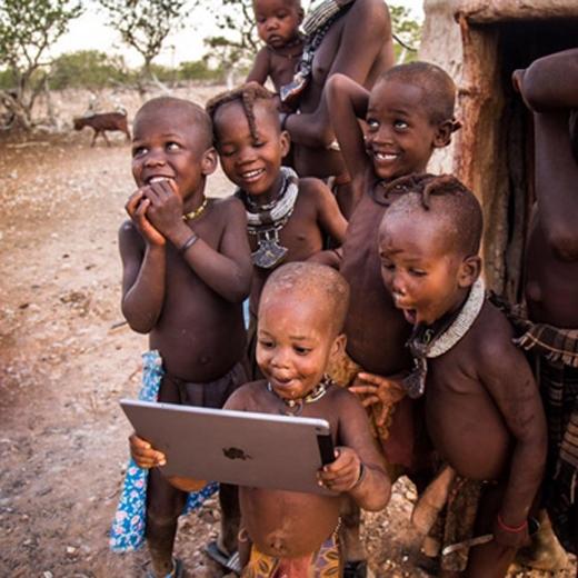 Ngạc nhiên, vui mừng và tò mòlà cảm xúc tự nhiên nhất của một đứa trẻ khi được tặng quà.