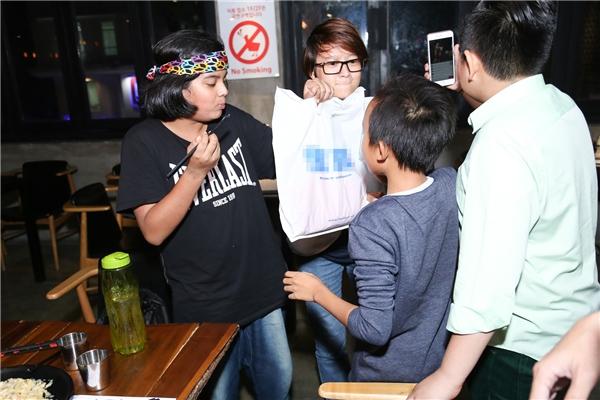 Hồ Văn Cường tặng quà cho Jayden - Tin sao Viet - Tin tuc sao Viet - Scandal sao Viet - Tin tuc cua Sao - Tin cua Sao