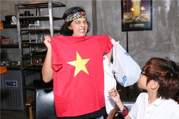 Đó là một chiếc áo thun in hình cờ đỏ sao vàng. Jayden khá thích thú với món quà ý nghĩa đây. Có lẽ Vietnam Idol Kids sẽ là một kỉ niệm đẹp của Jayden và em sẽ không bao giờ quên khi quay trở về New Zealand cùng gia đình. - Tin sao Viet - Tin tuc sao Viet - Scandal sao Viet - Tin tuc cua Sao - Tin cua Sao