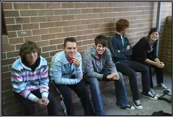 Có ai để ý là các bạn nam này ngồi ở đâu không? Chứ tớ nhìn hoài không thấy băng ghế nào hết.(Ảnh Internet)