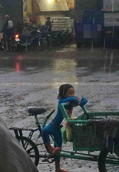 Chạnh lòng hình ảnh em bé 5 tuổi đội mưa cùng bố đi bán dừa