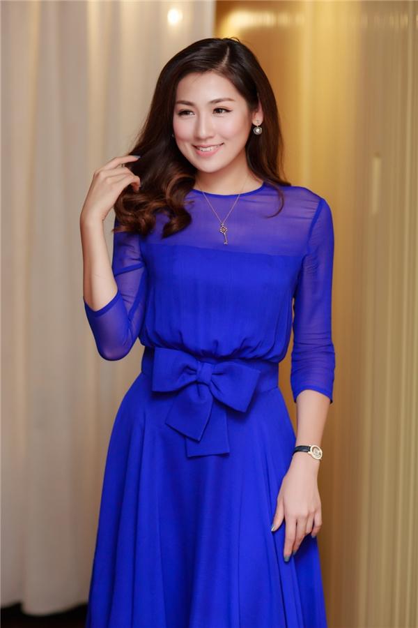 Người đẹp Tú Anh lựa chọn chiếc đầm xanh dương thướt tha khoe làn da trắng ngần và xách chiếc túi Dior sang trọng. - Tin sao Viet - Tin tuc sao Viet - Scandal sao Viet - Tin tuc cua Sao - Tin cua Sao
