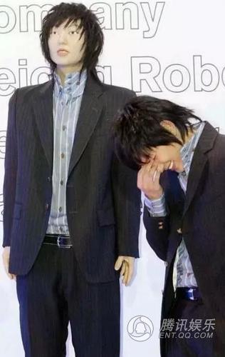 """Thảm họa"""" nhất phải kể đến tượng sáp xấu đến từng đường nét của Lee Jun Ki. Đến cả """"chính chủ"""" khi diện kiến bản sao của mình cũng phải cúi đầu cười trừ, thậm chí không dám nhìn lại lần thứ hai.""""."""