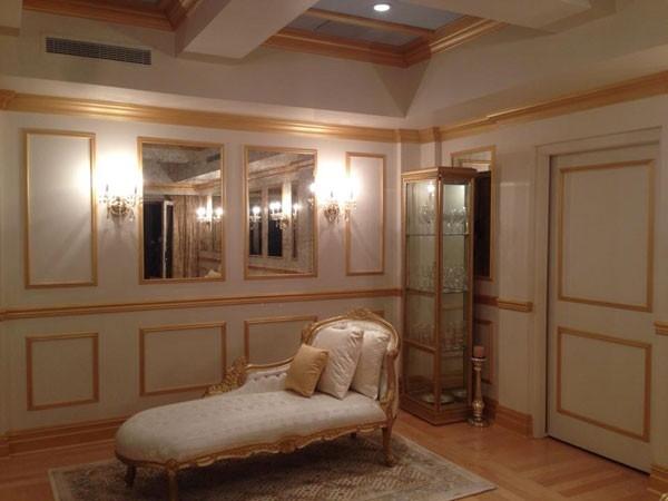 Bên trong biệt thự, đồ nội thất được bày trí theo phong cách hoàng gia sang trọng, thể hiện sự quyền quý của chủ nhân. - Tin sao Viet - Tin tuc sao Viet - Scandal sao Viet - Tin tuc cua Sao - Tin cua Sao