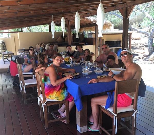 Ngôi sao người Bồ Đào Nha tận hưởng bữa trưa vui vẻ bên gia đình. (Ảnh: internet)