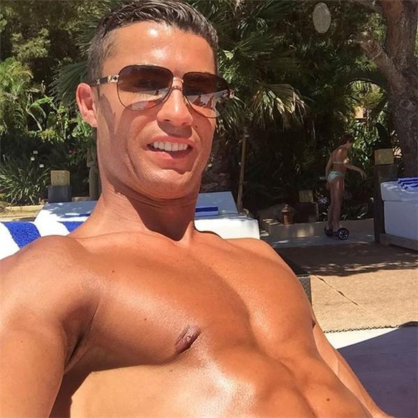 Ronaldo nỗ lực chữa trị chấn thương đầu gối gặp phải ở chung kết Euro 2016 bằng nhiều liệu pháp khác nhau. Theo chẩn đoán, Cristiano sẽ chỉ có thể trở lại vào giữa tháng 9, thời điểm Real Madrid có cuộc tiếp đón Osasuna tại vòng 3 La Liga. (Ảnh: internet)