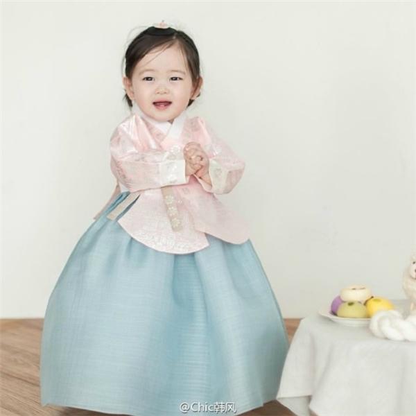Cô bé vô cùng đáng yêu trong trang phục Hanbok.