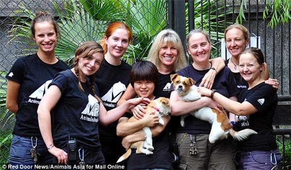 Tổ chức từ thiện Animal Asia chụp ảnh cùng Si Bao và Muddie.