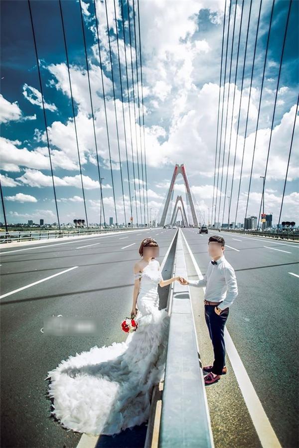 Để có bức hình ưng ý, cặp đôi không ngại ra giữa đường để chụp hình.(Ảnh: Internet)