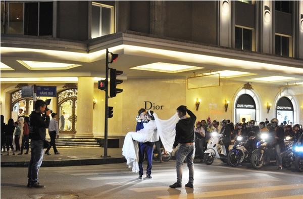 Những địa điểm nhưgiữa đường phố, khu vực dừng đèn xanh đèn đỏ cũng được rất nhiều cặp đôi lựa chọn làm bối cảnh thực hiệnảnh cưới.(Ảnh: Internet)