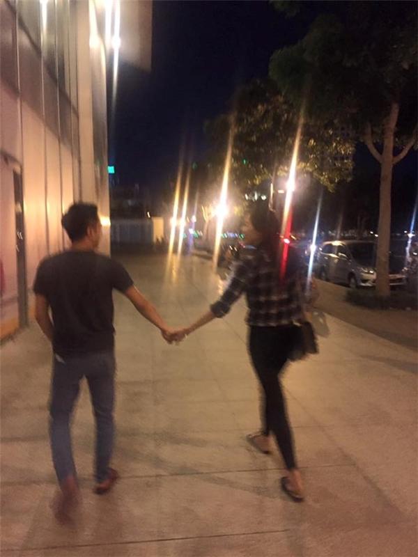 Trong ảnh, đôi tình nhân vẫn không rời tay, nhìn về nhau và nở nụ cười hạnh phúc. - Tin sao Viet - Tin tuc sao Viet - Scandal sao Viet - Tin tuc cua Sao - Tin cua Sao