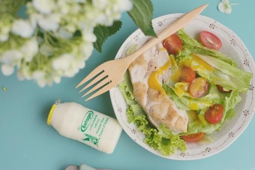Màu vàng của Betagen hương dứa khá hợp với màu xanh của món salad cá hồi sốt mù tạt.
