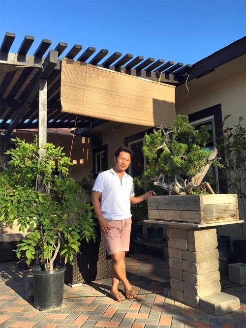 Không chỉ là nơi lưu giữ kỉ niệm, khu vườn nhà Bằng Kiều còn sở hữunhiềucây bonsai có giá trị tiền tỉ.Những khi có thời gian, anh tự đi mua đồ sửa sang, làm mái hiên cho vườn. - Tin sao Viet - Tin tuc sao Viet - Scandal sao Viet - Tin tuc cua Sao - Tin cua Sao