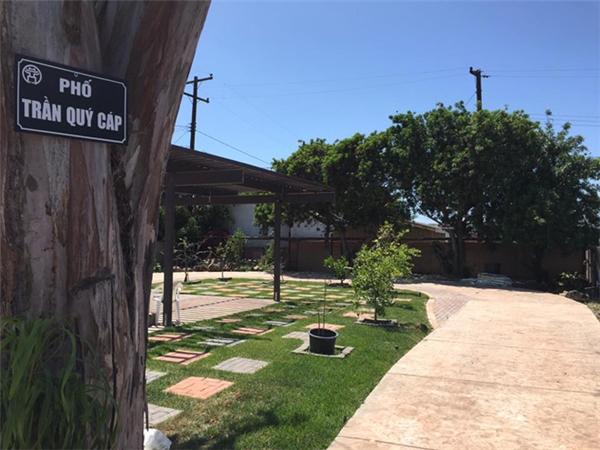 """Xuất thân là người con Hà Nội, vì thế Bằng Kiều đã tái hiện những con phố tại Hà Nội ngay trong khu vườn nhà như một cách anh lưu giữ kỉ niệm nơi """"chôn nhau cắt rốn"""". - Tin sao Viet - Tin tuc sao Viet - Scandal sao Viet - Tin tuc cua Sao - Tin cua Sao"""