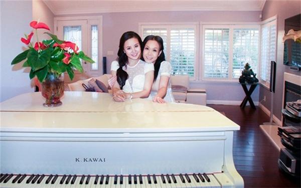 Phòng khách ngập tràn màu trắng sang trọng và cửa sổ nhìn ra mảnh vườn nhỏ xanh mướt bên ngoài. Trong phòng còn đặt cây đàn piano màu trắng rất đẹp. Mỗi khi rảnh rỗi, Việt Hương vẫn thường tự chơi đàn. - Tin sao Viet - Tin tuc sao Viet - Scandal sao Viet - Tin tuc cua Sao - Tin cua Sao