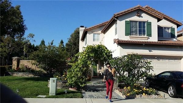Gia đình nữca sĩsở hữu một căn biệt thự rộng với không gian hòa với thiên nhiên,có diện tích lớn hơn 700 m2 và tọa lạctại thành phố Irvine(California,Mỹ), trong đódiện tích sử dụng chongôi nhà là 225 m2, bao gồm bốnphòng ngủ, baphòng tắm. - Tin sao Viet - Tin tuc sao Viet - Scandal sao Viet - Tin tuc cua Sao - Tin cua Sao