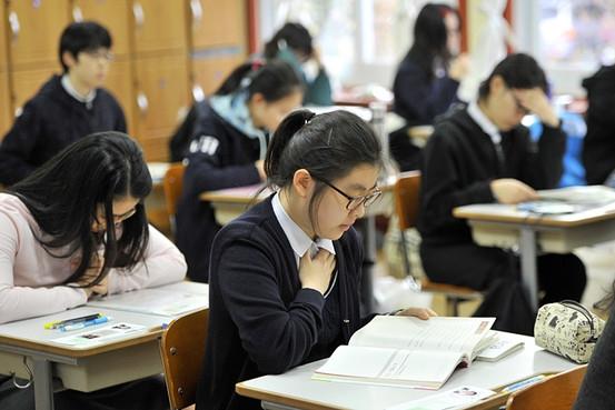 Học sinh Hàn Quốc luôn phải chịu áp lực rất nặng từ thi cử và điểm số.