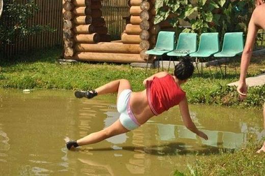 Nếu nghĩ bình thường thì cô gái này bay từ trên bờ xuống nước, còn nếu nghĩ bấtbình thường thì cô nàng... đi trên nước rồi trượt ngã đấy.