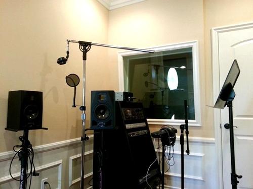 Ngoài ra, nam ca sĩ còn tự trang bị phòng thu âm để tiện cho việc thử nghiệm những sản phẩm âm nhạc mới của anh. - Tin sao Viet - Tin tuc sao Viet - Scandal sao Viet - Tin tuc cua Sao - Tin cua Sao