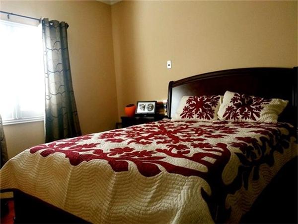 Phòng ngủ của Quang Lê không bày biện gì nhiều nên anh chọn bộ giường ngủ có họa tiết màu đỏ giúp căn phòng tươi tắn hơn. - Tin sao Viet - Tin tuc sao Viet - Scandal sao Viet - Tin tuc cua Sao - Tin cua Sao