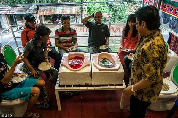 Thực khách hiếu kì đổ về quán cà phê Jamban Cafe ở thành phố Semarang, Indonesia.(Ảnh: AFP)