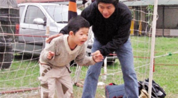 Ngoài thời gian làm việc,Quốc Tuấn dành tất cả thời gian để ở cạnh con trai. - Tin sao Viet - Tin tuc sao Viet - Scandal sao Viet - Tin tuc cua Sao - Tin cua Sao
