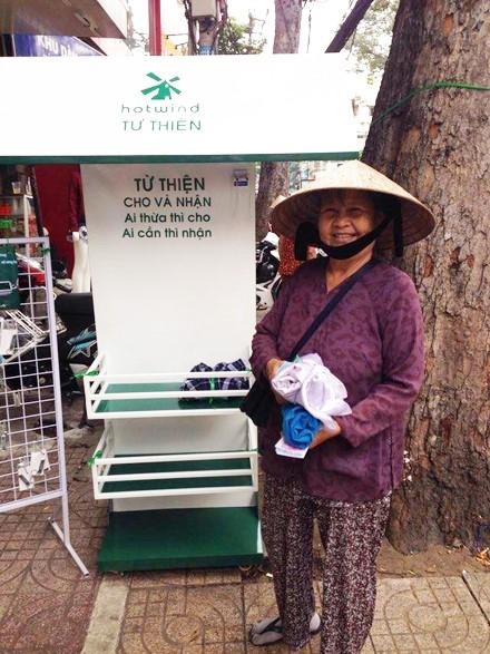"""Giỏ từ thiện """"Ai thừa thì cho, ai cần thì nhận"""" tại một shop nhỏ tại Sài Gòn."""