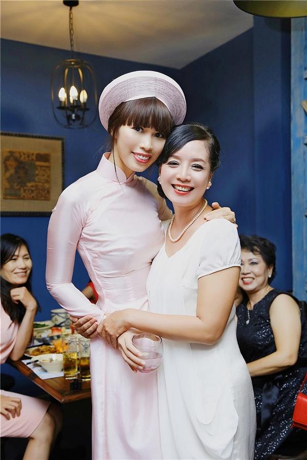 Nữ diễn viên Chiều Xuân là một trong những khách mời đặc biệt trong đám hỏi Hà Anh. - Tin sao Viet - Tin tuc sao Viet - Scandal sao Viet - Tin tuc cua Sao - Tin cua Sao