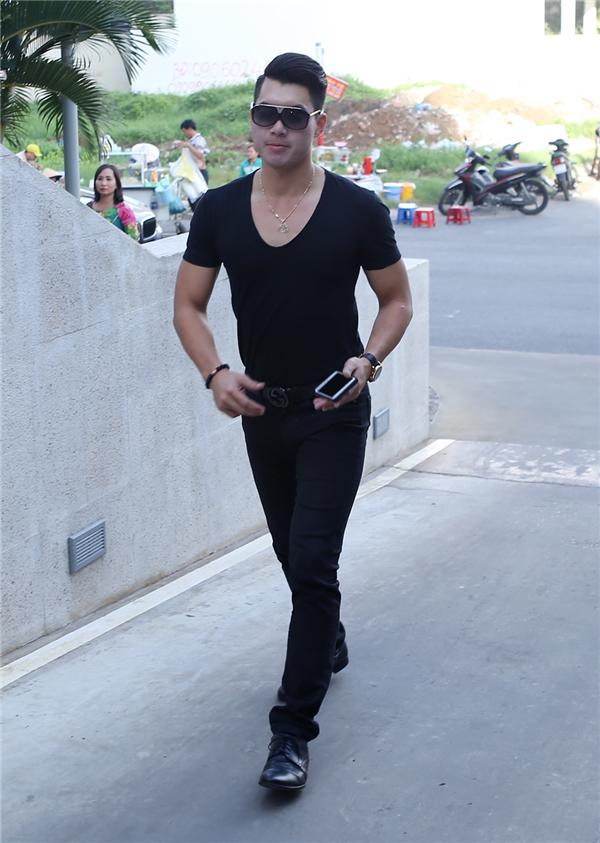 Nam diễn viên Trương Nam Thành có mặt từ khá sớm tại khu căn hộ của Thanh Bình. - Tin sao Viet - Tin tuc sao Viet - Scandal sao Viet - Tin tuc cua Sao - Tin cua Sao