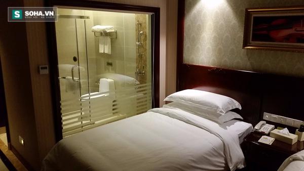 Nhà tắm trong suốt là xu hướng chung của các khách sạn hiện nay. Lợi ích mà kiểu nhà tắm này đemlại không hề ít. Ảnh minh họa.