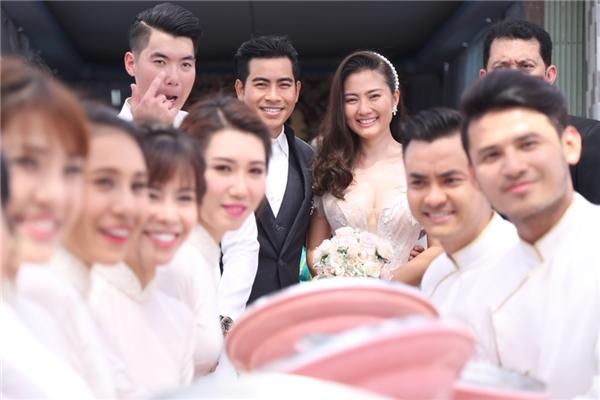Ngọc Lan thay bộ áo cưới khác để di chuyển sang trung tâm tiệc cưới. - Tin sao Viet - Tin tuc sao Viet - Scandal sao Viet - Tin tuc cua Sao - Tin cua Sao