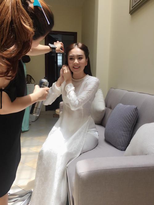 Mai Ngọc được các chuyên gia trang điểm chuẩn bị cho lễ dạm ngõ.