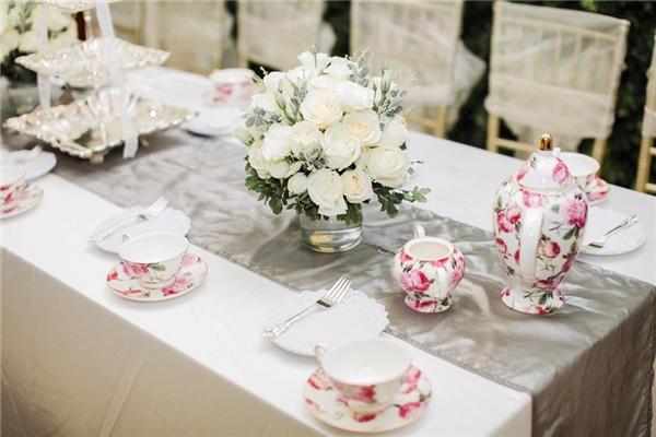 Tiệc trà bánh sang trọng đón khách.