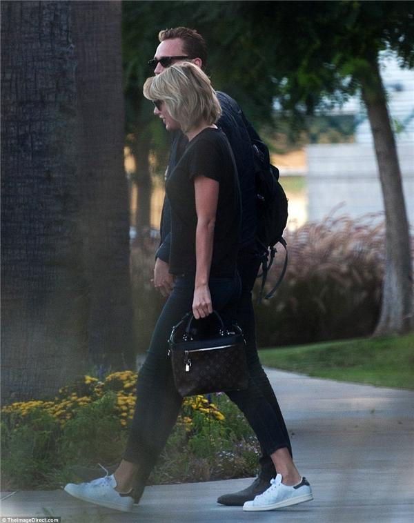 Taylor trông có vẻ nhợt nhạt giữ tâm bão.