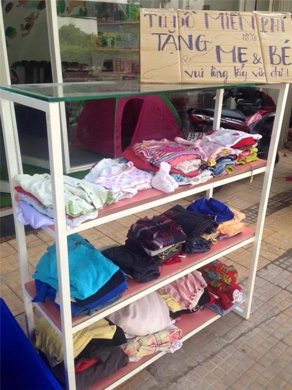 Tủ đồ miễn phí dành cho mẹ và bé.Người dân Sài Gòn luôn mang lại cho mọi người cảm giác gần gũi, bình dị và tràn ngập tình yêu thương. (Ảnh: Internet)