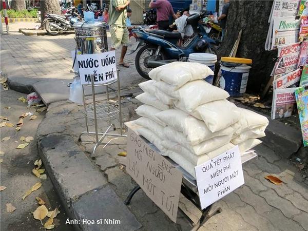 Không những nước miễn phí mà đợt Tết vừa qua, người dân Sài Gòn còn có những điểm phát gạo miễn phí cho người nghèo.(Ảnh: Họa sĩ Nhím)