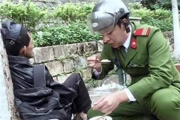 Người đàn ông nghèo đói kiệt sức bên vệđườngđang được đồng chí công an mua phở đút cho ăn. Hình ảnh vô cùng đẹp này đã nhanh chóng chạm tới trái timcủa tất cả nhữngngười chứng kiến.(Ảnh: Internet)