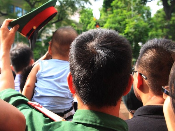 Ngày mùng 2/9/2015, trong lễ diễu binh,ngườilính trẻ dùng mũ che cho em bé suốt cả khoảng thời gian dài khiến những người xung quanh vô cùng ngạc nhiên và cảm phục. Hình ảnh đẹp này cũng đã được cộng đồng mạng chia sẻ và tán dương không ngớt.(Ảnh: Internet)