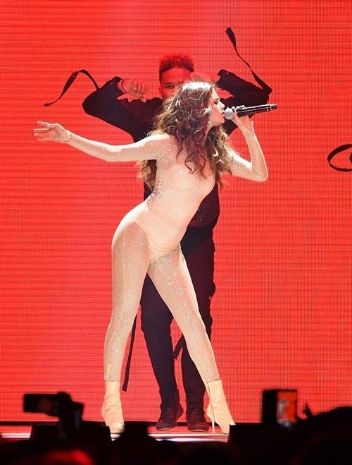 Selena khoe đường cong gợi cảm không thua kém bất cứ siêu mẫu nào.