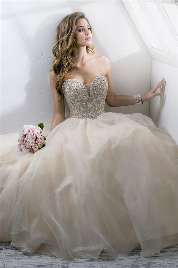 Không dàn trải,điểm nhấn chính của chiếc váylà ở ngực và vaiđể làm tôn lên những viên kim cương với kích thước lớn.