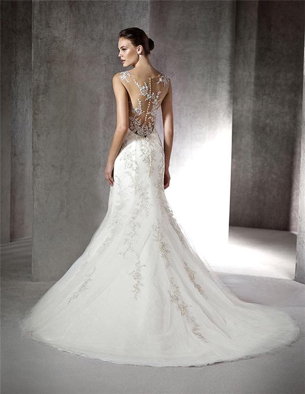 Trải dài khắp chiếc váy là những viên đá quý lung linh khiến ai cũng phải ngước nhìn.
