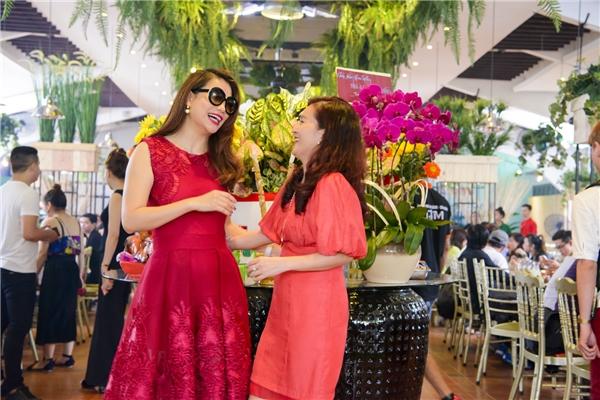 Cô diện chiếc đầm đỏ nổi bật và vui vẻ trò chuyện cùng doanh nhân Anh Thơ - bà xã Bình Minh. - Tin sao Viet - Tin tuc sao Viet - Scandal sao Viet - Tin tuc cua Sao - Tin cua Sao
