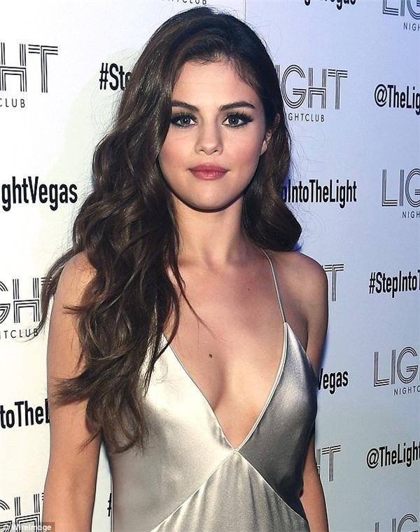 Selena tự tin diện những chiếc váy xẻ sâu khoe vòng 1 đầy táo bạo kết hợp cùng lối trang điểm mắt khói quyến rũ.