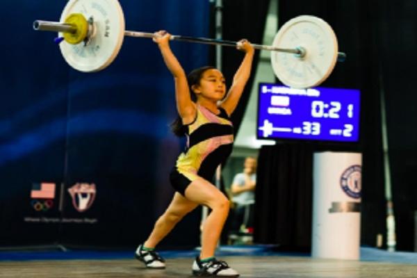 Cô bé tham gia thách đấu với lượng tạ 33kg.