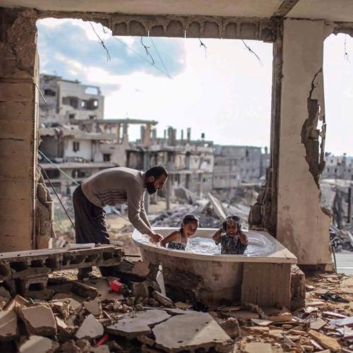 Những bức ảnh về hạnh phúc sót lại trong đống đổ nát chiến tranh