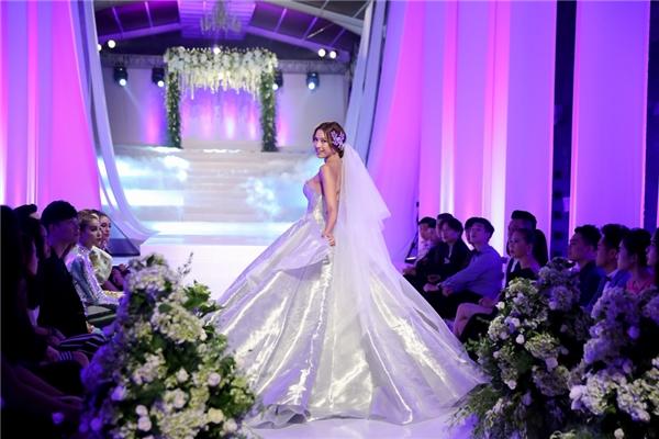 Thí sinh The Face Vietnam 2016 trình diễn váy cưới.