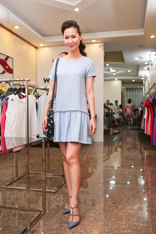 Dương Thùy Linh rạng rỡ trong trang phục váy suông màu xanh nhạt mix cùng giày đinh tán, mẫu giày gây sốt trên toàn thế giới và được rất nhiều sao Việt yêu thích. - Tin sao Viet - Tin tuc sao Viet - Scandal sao Viet - Tin tuc cua Sao - Tin cua Sao