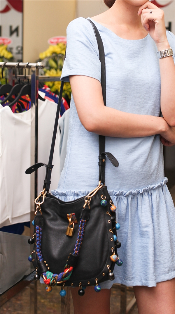 Cô không quên đeo túi xách hàng hiệu làm điểm nhấn cho bộ đồ. - Tin sao Viet - Tin tuc sao Viet - Scandal sao Viet - Tin tuc cua Sao - Tin cua Sao