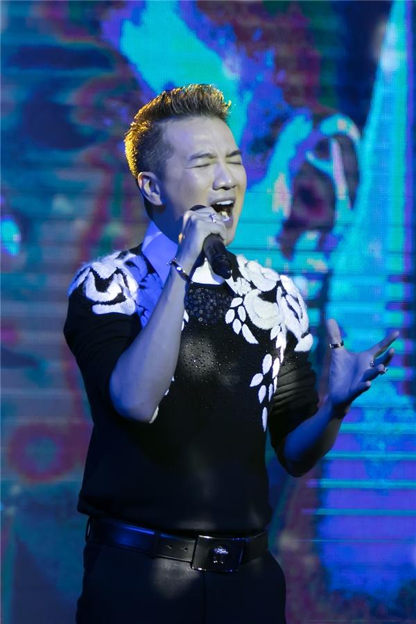 Trong buổi ra mắt, Đàm Vĩnh Hưng đã hát live ca khúc Tan Vỡ để gửi tặng khán giả.