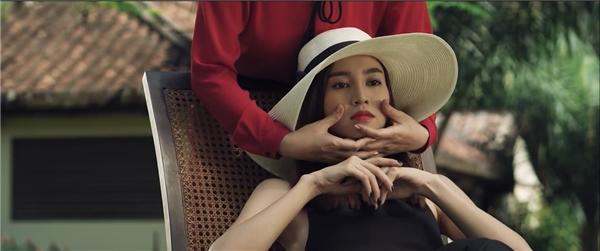 """Thủ vai chính trong Phim trường ma, """"ngọc nữ"""" Lan Ngọc của điện ảnh Việt đảm nhận vai một nhân vật cũng làm công việc diễn viện giống như mình ngoài đời, song lại khoác lên người một vẻ ngoài bí hiểm, lạ kì."""